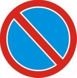 B-35 Zakaz postoju. Oznacza zakaz postoju pojazdu. Dopuszczalny czas unieruchomienia pojazdu dłuższy niż 1 min. jest wskazany napisem na znaku lub na umieszczonej pod nim tabliczce. Jeżeli zakaz postoju nie jest uprzednio odwołany przez taki sam znak z tabliczką T-25c, to obowiązuje do najbliższego skrzyżowania