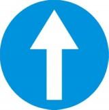 C-5 Nakaz jazdy prosto. Zobowiązuje kierującego do jazdy prosto; znak ten może być umieszczony na przedłużeniu osi drogi (jezdni) lub na samej jezdni. Znak obowiązuje na najbliższym skrzyżowaniu lub w miejscu, gdzie występuje możliwość zmiany kierunku jazdy
