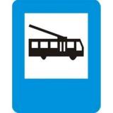D-16 Przystanek trolejbusowy. Oznacza miejsce zatrzymywania się trolejbusów wykonujących odpłatny przewóz osób na regularnych liniach
