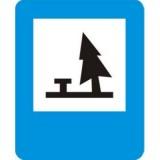 D-32 Pole biwakowe. Informuje o wskazanym na znaku obiekcie znajdującym się przy drodze. Znak może być umieszczony w innym miejscu niż po prawej stronie jezdni