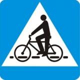 D-6a Przejazd dla rowerów. Oznacza miejsce przeznaczone do przejeżdżania rowerzystów w poprzek drogi.Kierujący pojazdem zbliżający się do miejsca oznaczonego znakiem jest obowiązany zmniejszyć prędkość tak, aby nie narazić na niebezpieczeństwo rowerzystów znajdujących się w tych miejscach lub na nie wjeżdżających