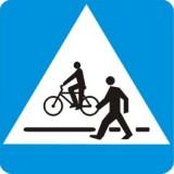 D-6b Przejście dla pieszych i przejazd dla rowerzystów. Oznacza miejsce przeznaczone do przechodzenia pieszych i przejeżdżania rowerzystów w poprzek drogi. Kierujący pojazdem zbliżający się do miejsca oznaczonego znakiem jest obowiązany zmniejszyć prędkość i zachować szczególną ostrożność