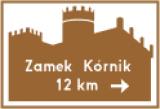 E-22b Obiekt na samochodowym szlaku turystycznym. Wskazuje obiekt turystyczny na samochodowym szlaku turystycznym; na znaku umieszcza się symbol obiektu turystycznego lub wypoczynkowego