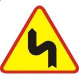 A-4 Niebezpieczne zakręty - pierwszy w lewo. Ostrzega o niebezpiecznych zakrętach, z których pierwszy jest zakręt w lewo (znak nie określa, ile jest łącznie zakrętów, ani też w jakich kierunkach są kolejne zakręty)