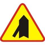 A-6e Wlot drogi jednokierunkowej z lewej strony. Ostrzega o skrzyżowaniu z jednokierunkową drogą podporządkowaną, której wlot występuje po lewej stronie