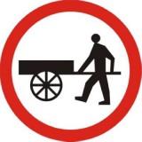 B-12 Zakaz wjazdu wózków ręcznych. Oznacza zakaz ruchu na jezdni i poboczu wózków ręcznych przeznaczonych do używania na jezdni, prowadzonych, ciągniętych lub pchanych