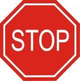 B-20 Stop. Oznacza zakaz wjazdu na skrzyżowanie bez zatrzymania się przed drogą z pierwszeństwem i obowiązek ustąpienia pierwszeństwa. Zatrzymanie powinno nastąpić w wyznaczonym miejscu, a w razie jego braku - w takim miejscu, w którym kierujący może upewnić się, że nie utrudni ruchu na drodze z pierwszeństwem