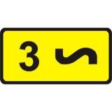 Tabliczka T-4 Tabliczka wskazująca liczbę zakrętów. Tabliczka umieszczona pod znakiem A-3 lub A-4 wskazuje liczbę zakrętów (jeśli liczba zakrętów jest większa niż 2)