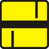 Tabliczka T-6d Tabliczka wskazująca układ dróg podporządkowanych. Wskazuje rzeczywisty układ dróg podporządkowanych (umieszczana na drodze podporządkowanej pod znakiem A-7)